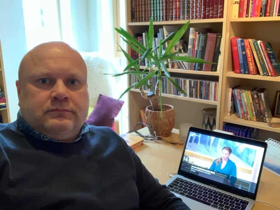 Mens kollega Dag Nygård følger Stortinget sin behandling av ny trossamfunnslov fra galleriet på Stortinget må Erhard følge det via Nett-TV.